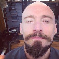 Un look chauve avec barbe parfait