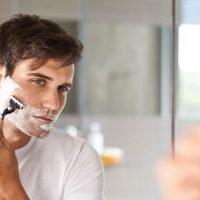 Se raser avant ou après la douche